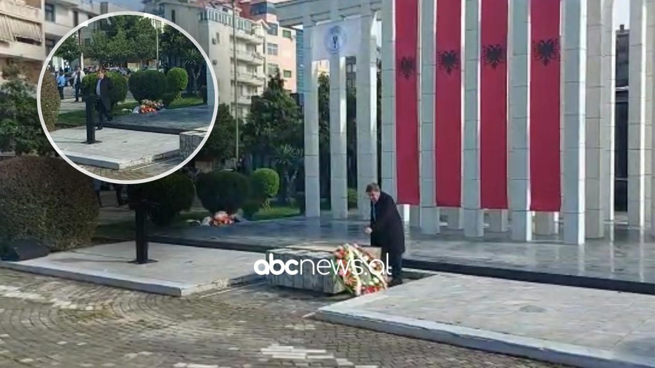 Familjari heq kurorat me lule të Jozefina Topallit nga monumenti i 2 Prillit