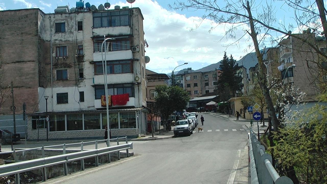 Trajleri përplas dy të rinj në hyrje të qytetit të Klosit