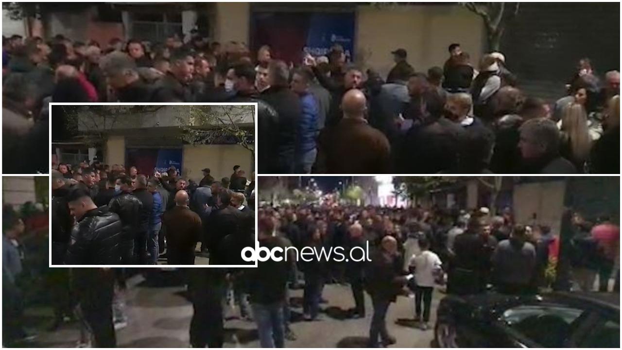 Plagosja në Kavajë, qindra demokratë presin Lulzim Bashën