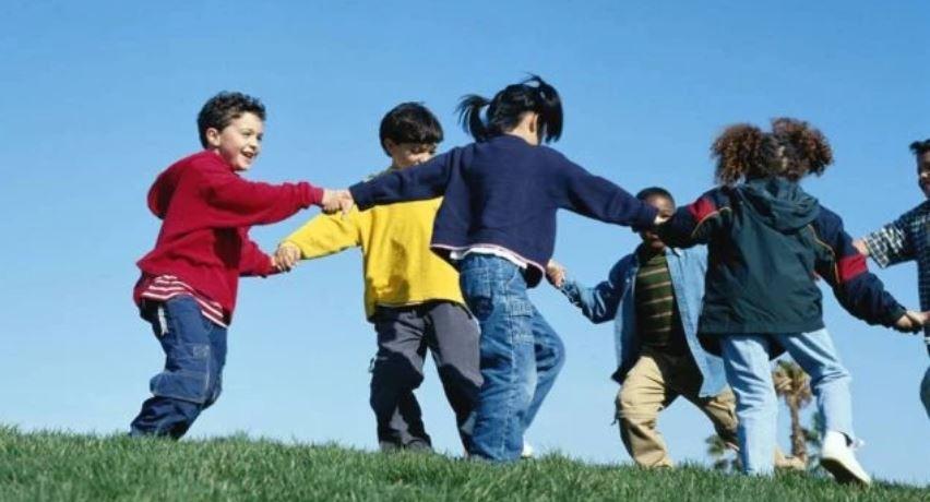 Studimi: Të luash jashtë është e mirë për shikimin e fëmijëve