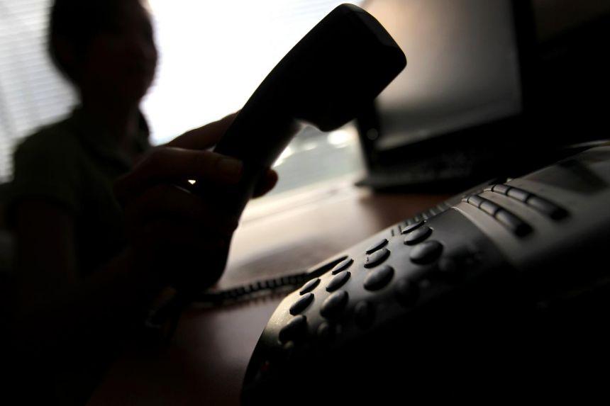 E moshuara humbet 32 milionë dollarë pas një mashtrimi që i bënë përmes celularit