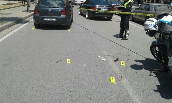 Makina me drejtues një të mitur, përplas këmbësoren në Tiranë