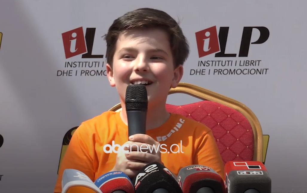 """9-vjecari i spektrit autik Jamarbër Hoxha boton librin """"Lulëkuqja"""" me 101 poezi"""