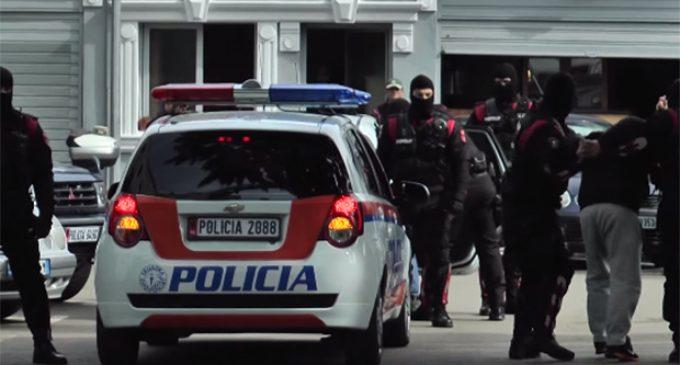 300 euro personi, katër të arrestuar e dy në kërkim për transportim emigrantësh në Elbasan