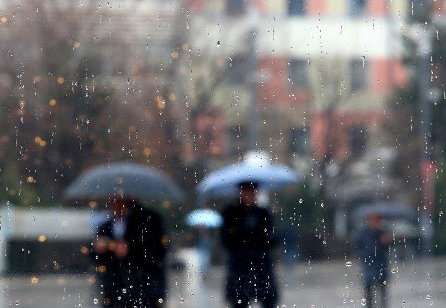 Mëngjesi nis me shi, si do të ndryshojnë temperaturat gjatë ditës