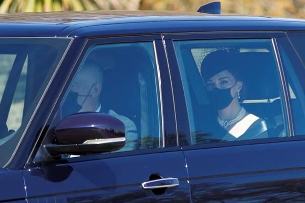 Me maska të zeza në fytyrë, William dhe Kate mbërrijnë në varrimin e Princit Philip