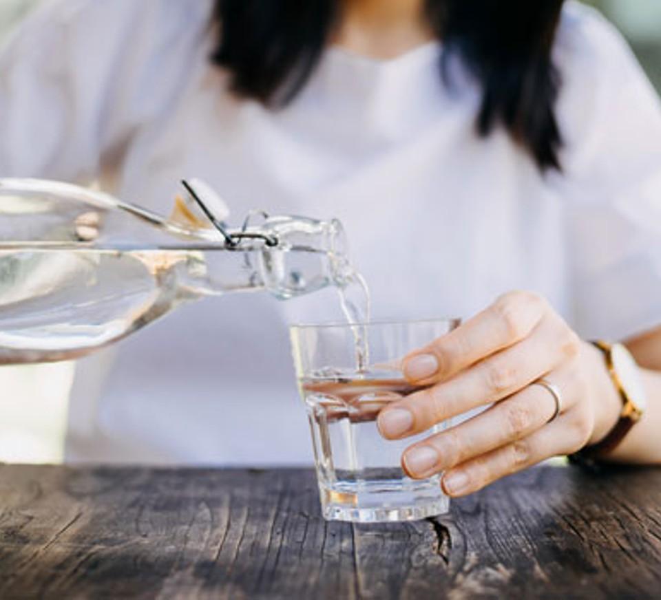 Pse është e rëndësishme të pini më shumë ujë kur jeni në punë