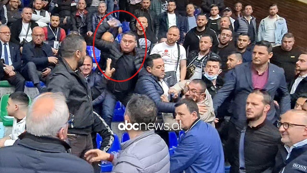 VIDEO/ Mbështetësit e Vangjush Dakos sulmojnë Ferdinand Xhaferajn në Durrës
