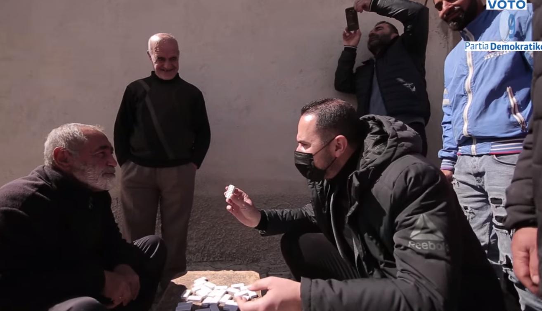 Salianji me qytetarët që luajnë domino: Do t'ia lemë Ramës dopio gjashtën në dorë