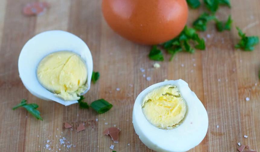 Çfarë nuk duhet të vendosni kurrë në vezë nëse doni t'i hani ato shëndetshëm