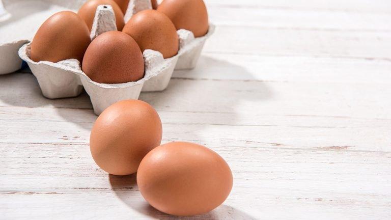A është e sigurt për t'u ngrënë një vezë e skaduar?