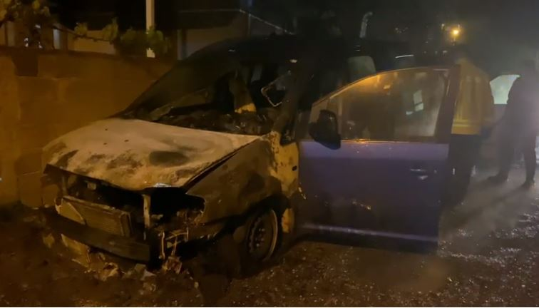 Digjen gjatë natës dy automjete në Elbasan, çfarë kapën kamerat