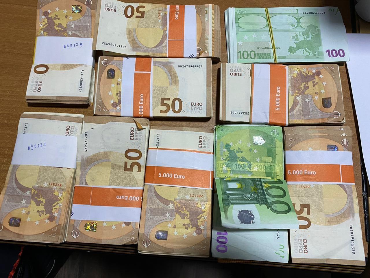 U kapën me 4800 euro të falsifikuara, dy të arrestuar në Vlorë