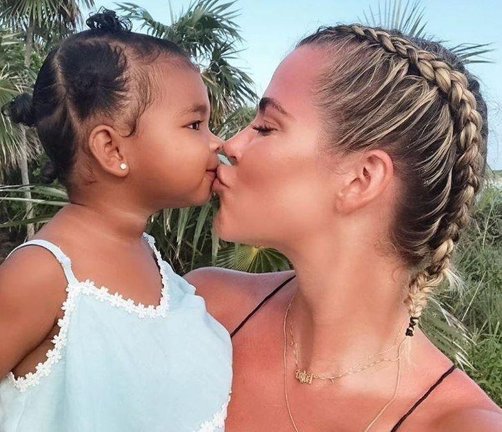 Arsyet pse nuk duhet t'i puthni fëmijët në buzë