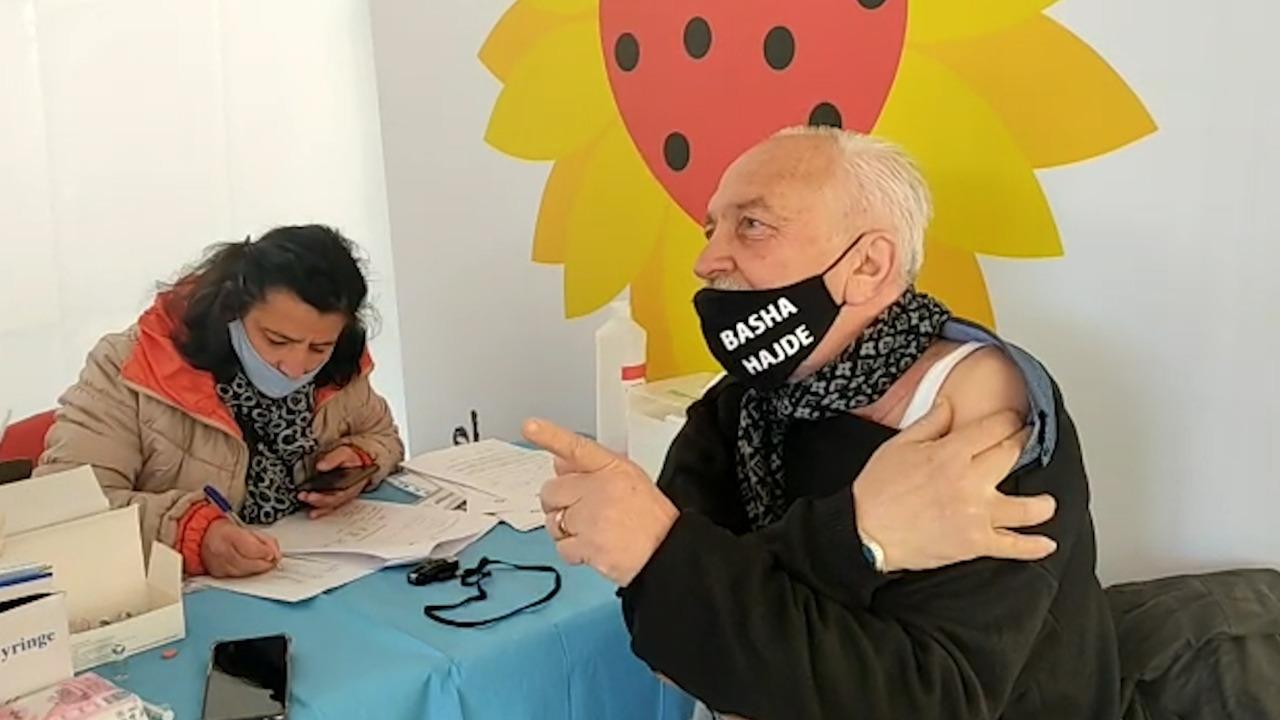 """""""Basha hajde"""", pensionisti në Lezhë: Ishalla s'më gjen gjë me vaksinën kineze, ndryshe do marrin hak"""