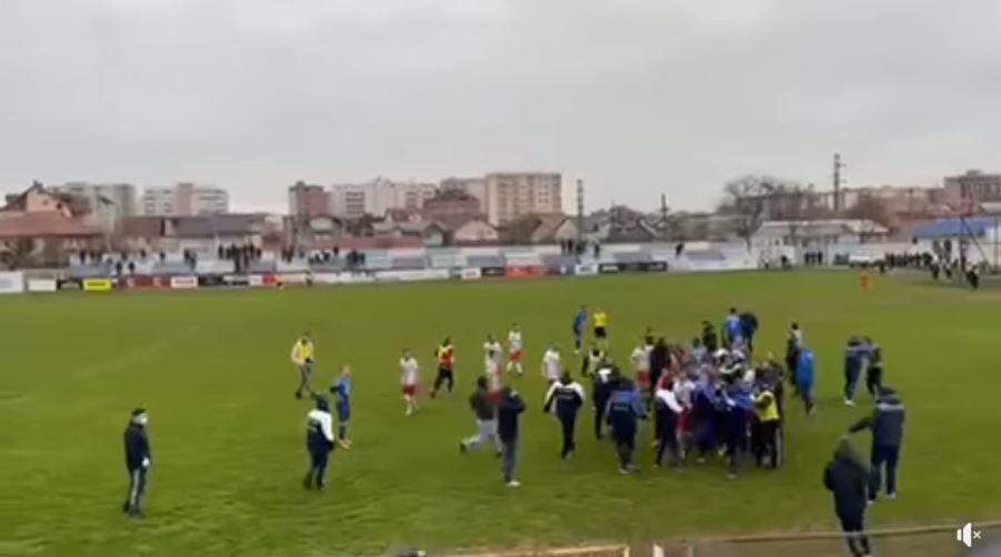 VIDEO/ Shkelma e grushte në mes të fushës, ndërpritet ndeshja në Kosovë