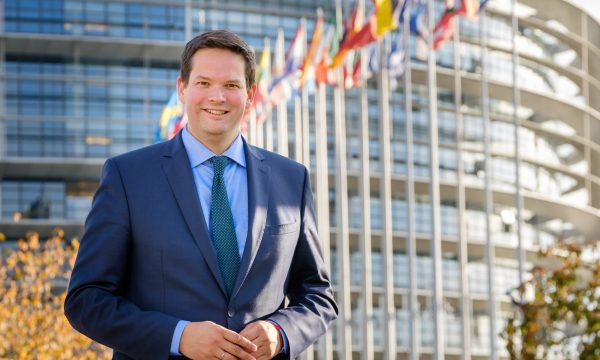Eurodeputeti austriak: Heqja e vizave për Kosovën duhet të ndodhë tani
