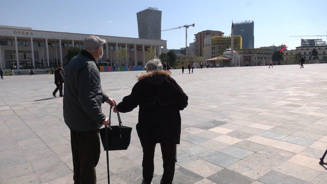 """Të moshuarit vijojnë të vaksinohen në sheshin """"Skënderbej"""": Jemi më të sigurt, shqetësime s'kemi"""