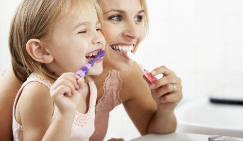 Lëvizja që shumica e njerëzve harrojnë të bëjnë kur lajnë dhëmbët