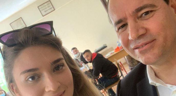 """Bujar Nishani voton për herë të parë me vajzën, publikon """"selfie-n"""" nga qendra e votimit në Lundër"""