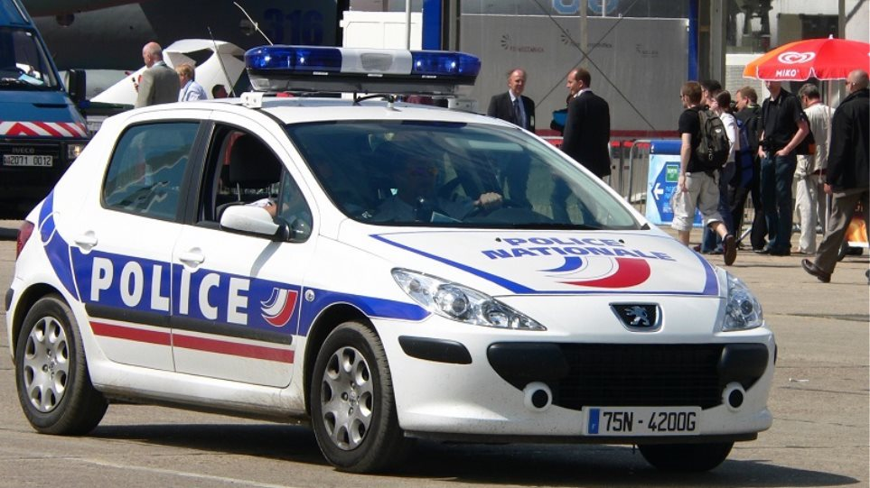 Sulmohet me thikë një efektive në Paris, policia ekzekuton agresorin