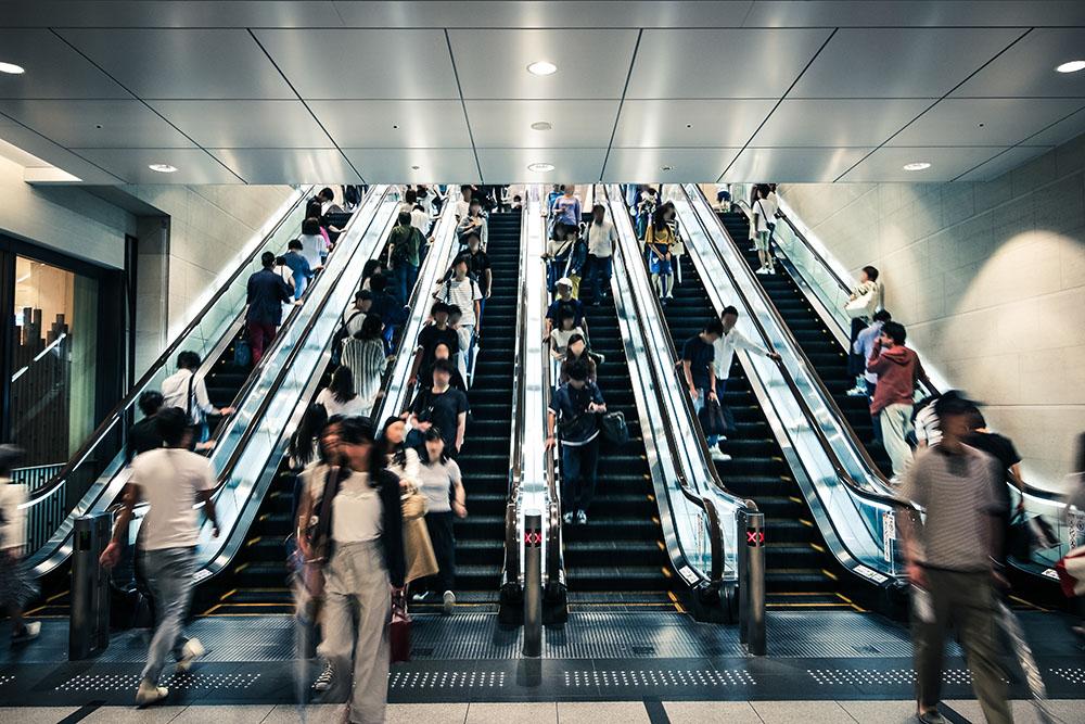 Kush ecën në shkallët lëvizëse gjobitet, prefektuara japoneze gati për ligjin më të ri