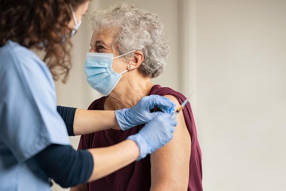 Studimi: 2% e të moshuarve në Britani u infektuan me virus 3 javë pas dozës së parë
