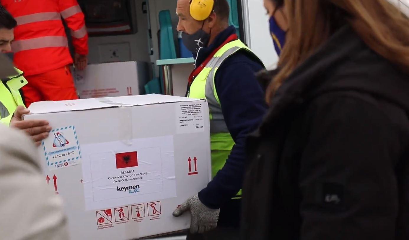 Mbërrijnë në Rinas 208 mijë vaksina kineze, Manastirliu: Sonte vijnë edhe 8190 doza nga Pfizer