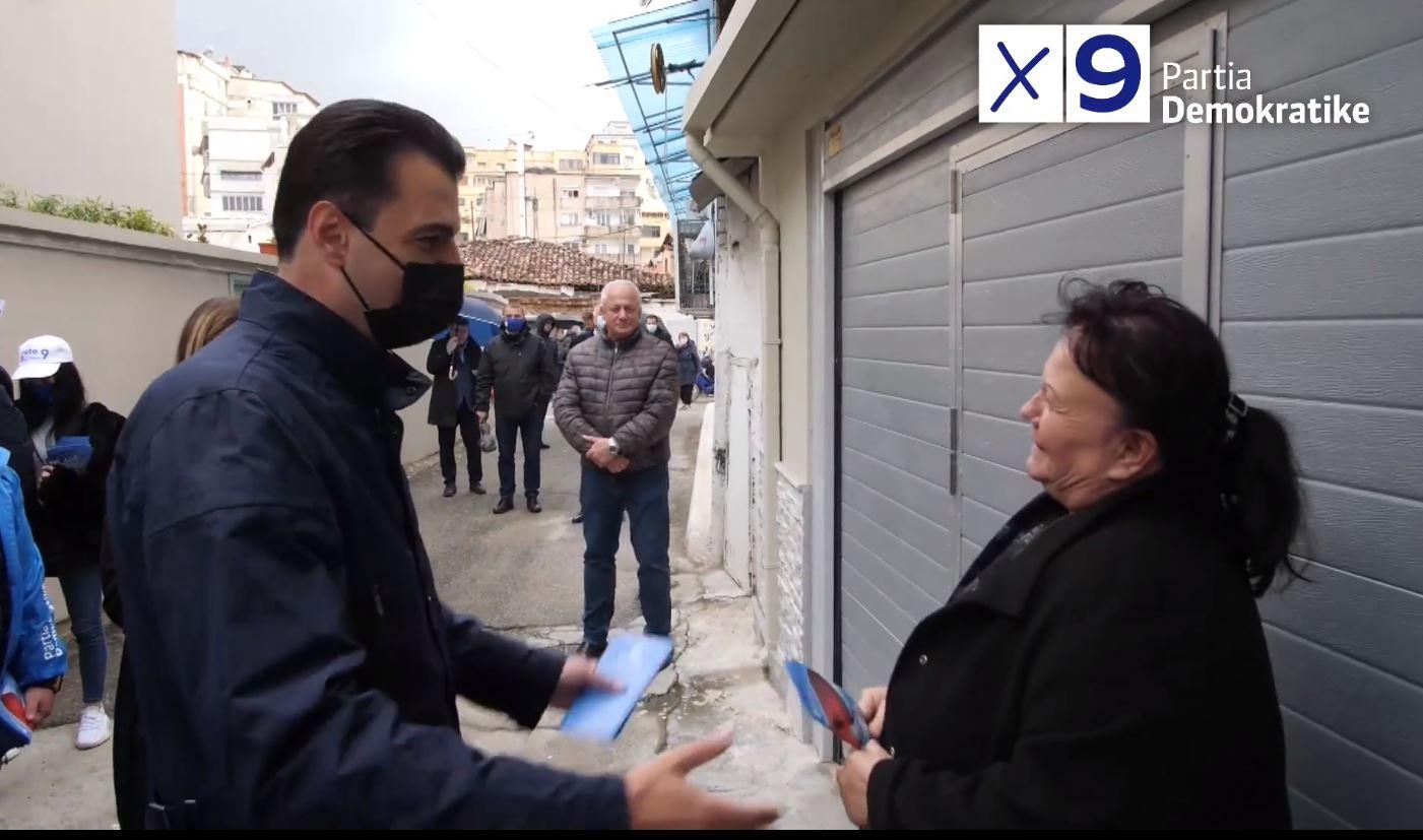 Basha shpërndan fletëpalosje derë më derë në Tiranë: Votoni 9 për ndryshimin