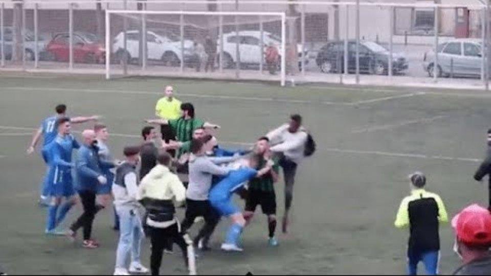 VIDEO/ E turpshme, ndeshja e futbollit në Spanjë degjeneron në shkelma e grushte