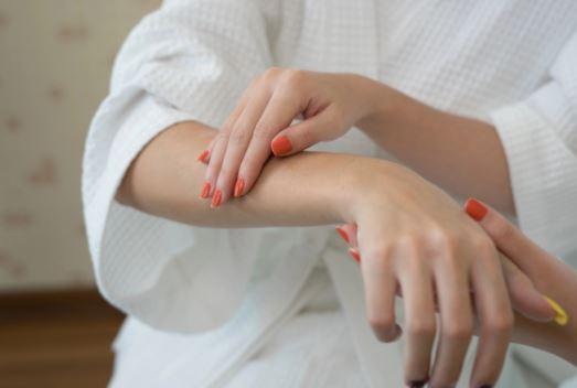 Si të trajtoni alergjitë e lëkurës në mënyrë natyrale