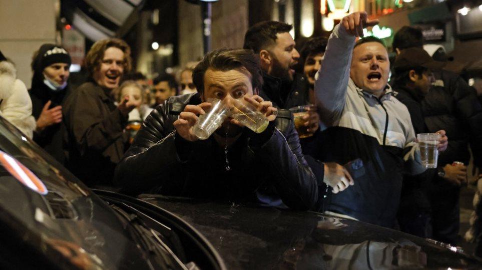 Alkool pa fund pas katër muajsh izolim, londinezët mbushin baret dhe klubet e natës