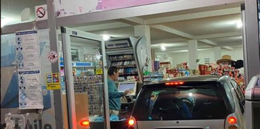 FOTO/ I riu nga Deçani futet me makinë në supermarket për të blerë