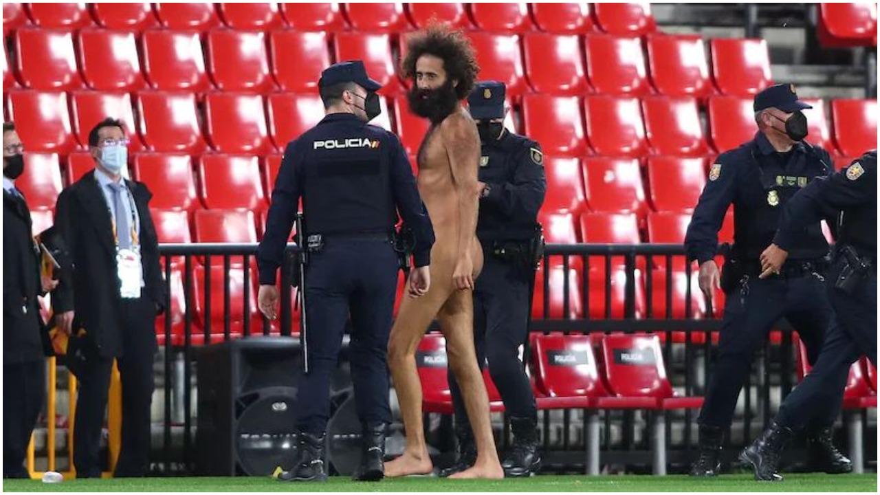VIDEO/ E rrallë në Europa League, tifozi futet në fushën e blertë pa asgjë veshur