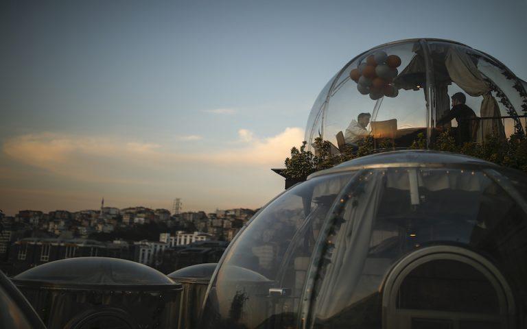 FOTO/Vala e tretë e Covid, restoranti turk krijon kupola xhami për klientët