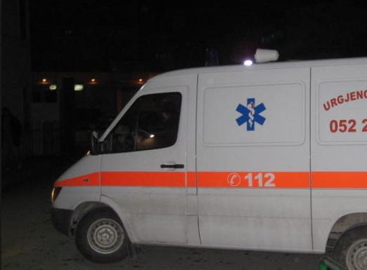 U godit nga i biri me mjete mprehëse, përfundon në spital 63-vjeçarja në Këlcyrë
