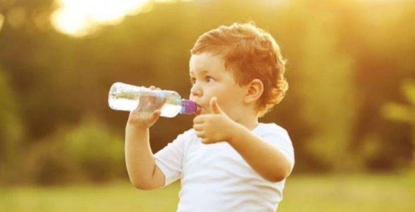 Sa ujë duhet të pinë fëmijët çdo ditë