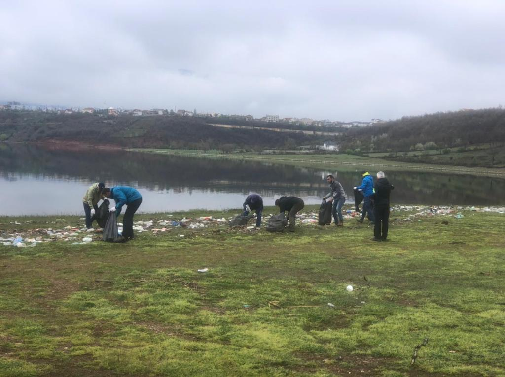 Qindra vullnetarë bëhen bashkë për të pastruar liqenin e Kukësit
