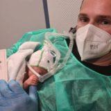 Gruaja i vdiq nga COVID,  kolegët gjermanë ndihmojnë shqiptarin dhe foshnjën e porsalindur