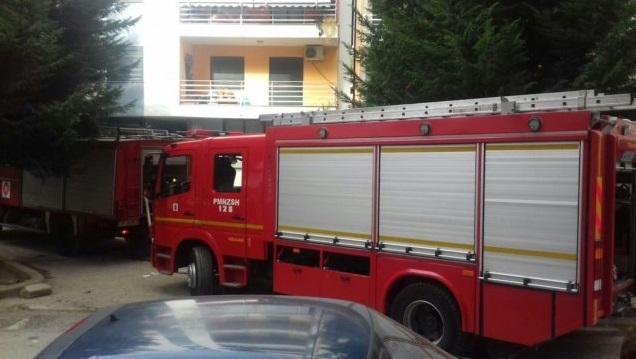 Zjarr në garazhin e një pallati në Tiranë, evakuohen banorët
