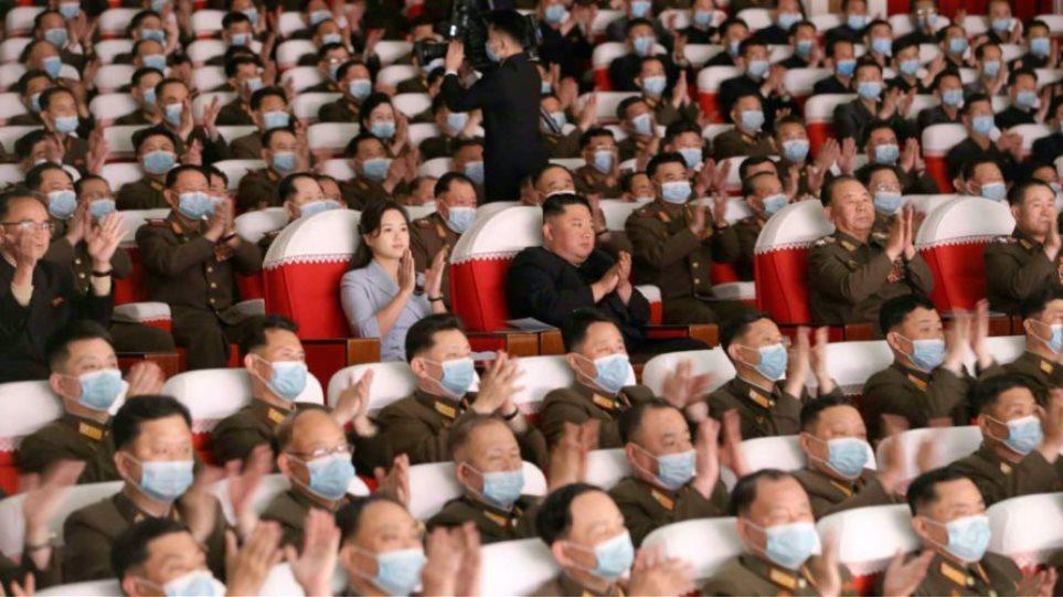 Në krah të bashkëshortit, shfaqet si rrallëherë në publik gruaja e Kim Jong Un