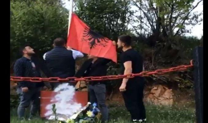Kamberi: Provokim dëmtimi i përmendores së Fatmir Ibishit dhe vendosjen e flamurit serb