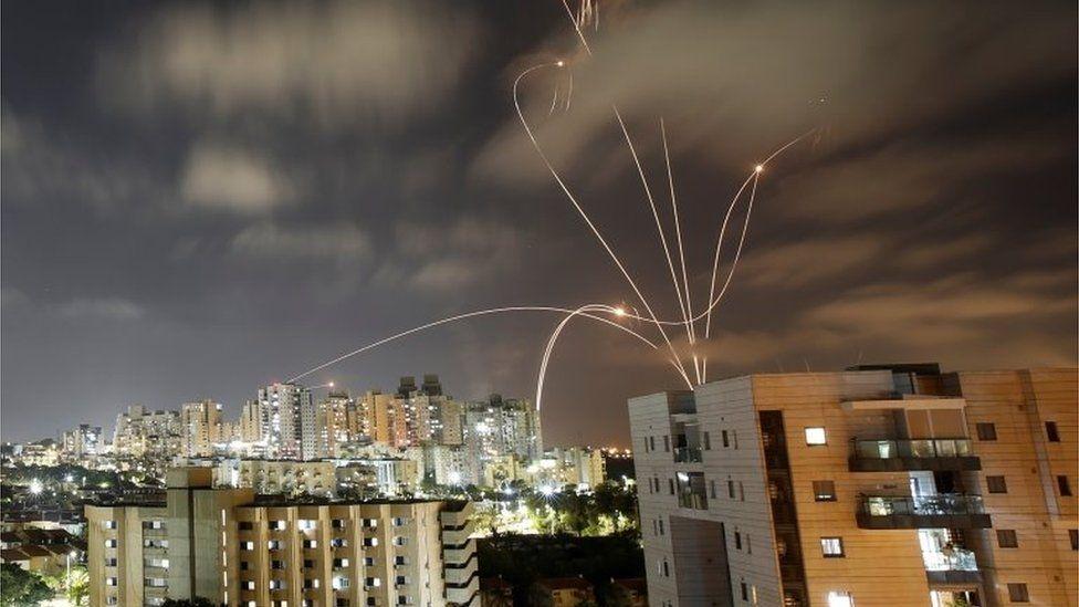 Qindra raketa të hedhura nga Gaza në Izrael, shkon në 74 numri i viktimave