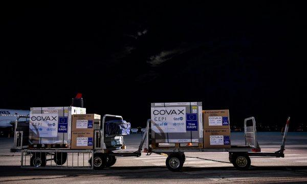 62 mijë e 400 doza të vaksinës së AstraZenecas bëhen gati për Kosovën