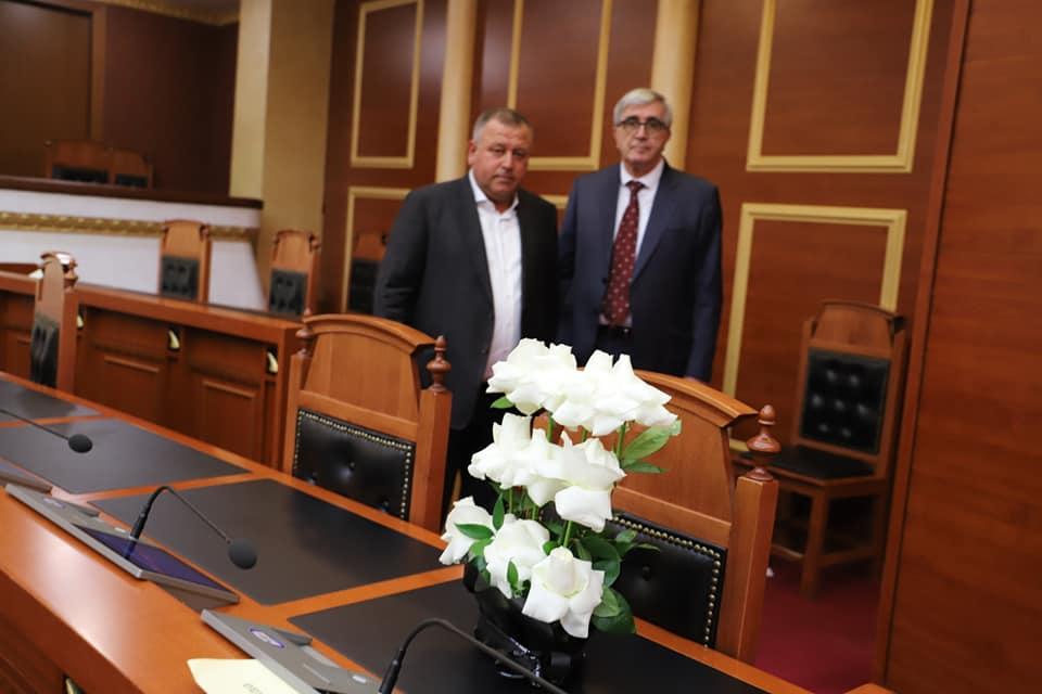 Kuvendi sot pa Bashkim Finon, në tavolinën e tij vendosen lule të bardha