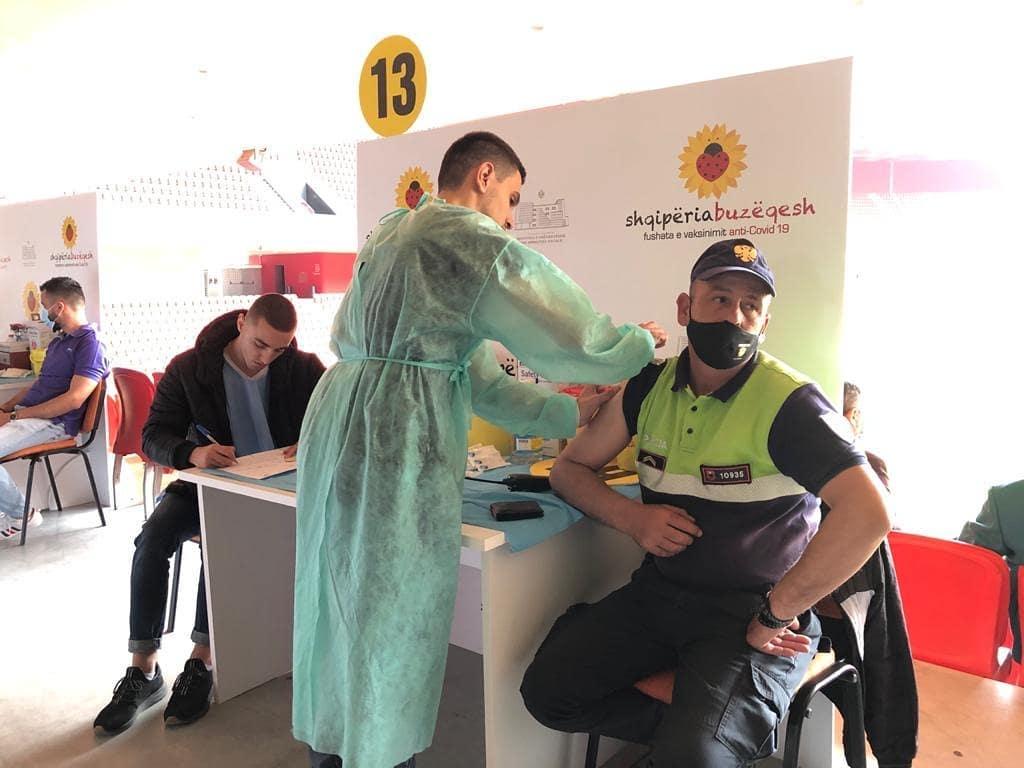Policët marrin dozën e dytë të vaksinës anti-Covid