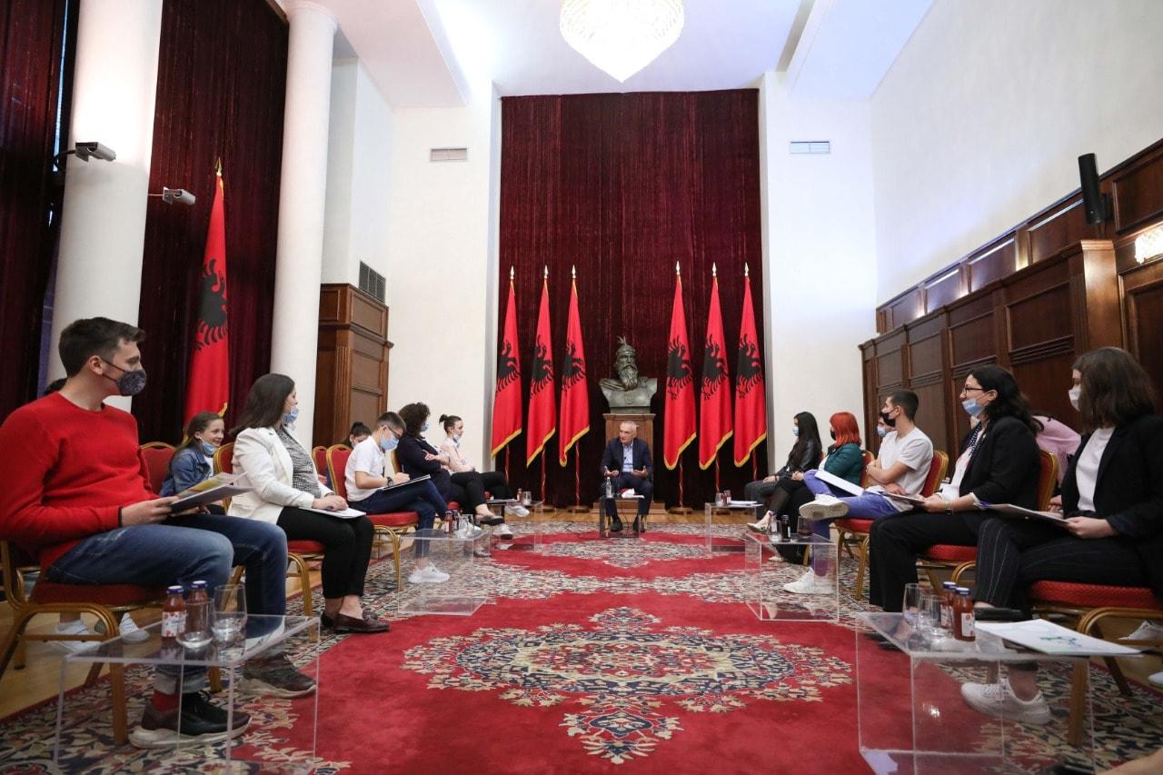 Meta pret në Presidencë nxënës dhe mësues: Të fuqizojmë familjen shqiptare