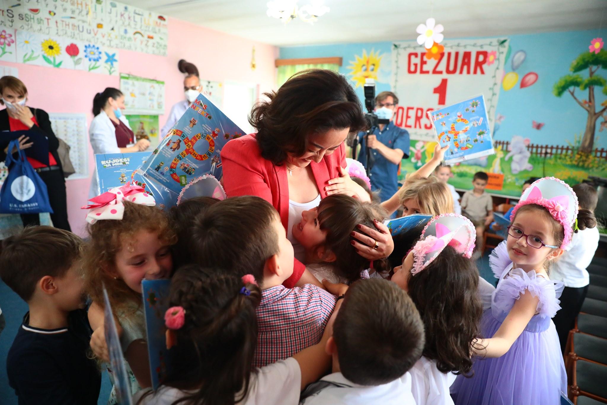 FOTO/ Yuri Kim viziton kopshtin e fëmijëve në Kukës: Të sigurt dhe të shëndetshëm