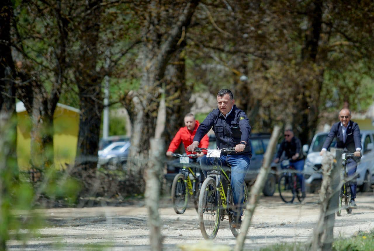 FOTO/ Balla, Klosi dhe Soreca me biçikletë në Stëblevë
