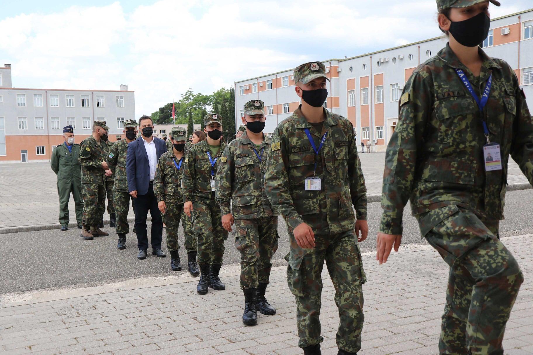 """""""Dopio diplomë"""", Peleshi takon studentët e Akademisë së FA: Ushtarakë sipas modeleve të huaj"""